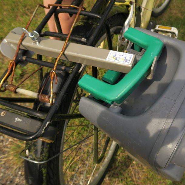 Praktisk stang til cykelen til transport at toilet- og spildevandstank
